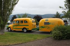 Short School Bus Camper with Matching Airstream Trailer 💟 Old Campers, Vintage Campers Trailers, Retro Campers, Vintage Caravans, Camper Trailers, Happy Campers, Bus Camper, T1 Bus, Vw T1