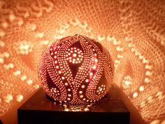 Rêve de Céphée, lampe d'ambiance étoilée en noix de coco sculptée : Luminaires par lumo34