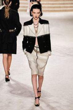 Chanel Pre-Fall 2020 Collection - Vogue Source by Fall Fashion 2020 2020 Fashion Trends, Fashion 2020, Love Fashion, Runway Fashion, Winter Fashion, Fashion Weeks, London Fashion, Couture Mode, Style Couture