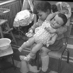Photographes en Rhône-Alpes::[Une petite fille fait la toilette à sa poupée avec une éponge]