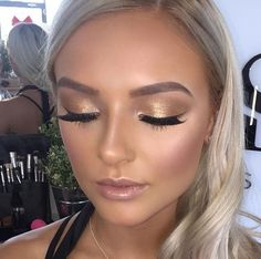 47 Popular Shimmer Summer Makeup Ideas - makeup looks - Make-up Smokey Eye Makeup, Skin Makeup, Glow Makeup, Gold Eye Makeup, Makeup For Gold Dress, Gold Makeup Looks, Blonde Makeup, Summer Makeup Looks, Makeup On Blondes
