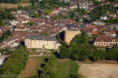 chateau-fort-manoir-chateau.eu/chateau-de-st-sauveur- 3) Le 1° château de St-Sauveur a été construit dans la 1° moitié du XII°s, il est mentionné en 1161. En 1600, la châtellenie est vendue à François d'Agès, gentilhomme de la Chambre du Roi et époux de la dame des Barres. Ce nouveau propriétaire a entrepris des travaux d'agrandissements qu'il n'a pas pu achever à cause de son décès en 1618. La famille des Nigot en est devenu acquéreur et ont poursuivi les travaux en 1687.