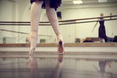 на цыпочках: 20 тыс изображений найдено в Яндекс.Картинках Ballet Shoes, Dance Shoes, Sports, Image, Fashion, Ballet Flats, Dancing Shoes, Hs Sports, Moda