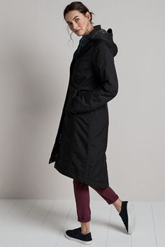 The Seasalt Janelle Coat is a stylish, knee-length ladies' coat. Waterproof, windproof and breathable, it has taped seams and is fleece-lined and quilted.