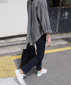 Adidas Stan smith white sneakers, black jeans, oversize grey shirt, black tote bag