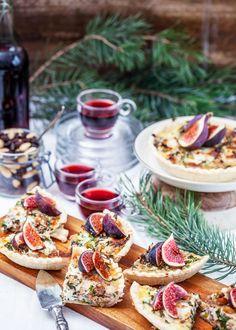 En helt underbar paj med julens goda smaker av grönkål, getost och fikon. Passar perfekt på glöggminglet eller på buffébordet. Här har vi valt färdigt pajskal men det går lika bra att göra sitt eget pajskal på valfritt mjöl. #paj #grönkål# fikon #chevreost #tilltugg #glöggmingel #adventsmys #advent #jul #glögg