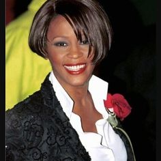 Whitney Houston: A life in pictures : Photo album - sofeminine Whitney Houston, Beverly Hills, Famous Black People, Aaliyah Style, African American Women, Popular Music, Female Singers, American Singers, Music Artists