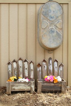 Planter boxes made from weathered fence wood - Alles über den Garten Picket Fence Crafts, Diy Fence, Backyard Fences, Picket Fences, Wood Planter Box, Wood Planters, Flower Planters, Garden Planters, Scrap Wood Projects