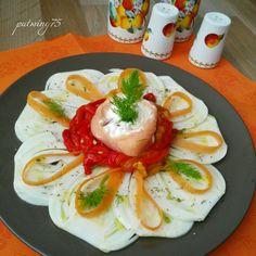 Insalata di finocchi e filetti di peperoni grigliati con carote e un cestino di salmone affumicato ripieno di formaggio fresco spalmabile