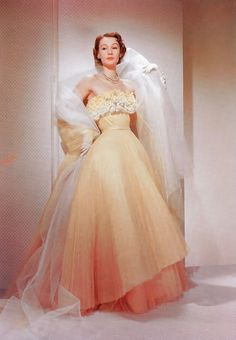 Retro Fashion Sophie Malgat wearing an evening gown by Jacques Fath 1950 Style, Glamour Vintage, Vintage Beauty, Fifties Fashion, Retro Fashion, Fashion Vintage, Club Fashion, Modest Fashion, Vintage Gowns