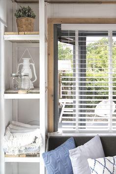 Een kast voor decoraties en opbergruimte. Mooier en handiger kan niet!  #decoratie #interieur #styling #glamping #stoerbuiten