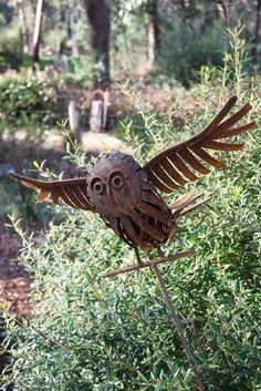 Owl metal garden art by Pato Garabato