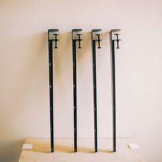 板状のものであれば、なんでもテーブルにすることができる「Floyd Leg」という商品をご存知ですか?自分好みのデザインのテーブルに出会えないという方にオススメのユニークなアイテムです!今回はこの「Floyd Leg」についてご紹介します! この記事の目次 Floyd Legとは? 使い方 ダイニングテーブル センターテーブル デスクに こんな使い方も ウォールシェルフも Floyd Legとは? Floyd LegとはアメリカのデトロイトにあるFloyd Design社が製作したクランプ式の脚です。 テーブルの脚だけなので、もちろん天板は板状のものであればなんでもOK! 大きさやデザインなど自分好みにカスタマイズができちゃう優れものなんです!使い方 脚の先端が画像のようにクランプになっているので、板を挟んで固定するだけでできあがり! とっても簡単ですよね!ダイニングテーブル 大きい板にFloyd Legをつければダイニングテーブルのできあがり! 不要な時はFloyd Legを外して板をしまえば、簡単に片付けられるので収納も楽々♪センターテーブル…
