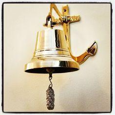 Mosiężny dzwon pokładowy z kotwicą, dzwon okrętowy z kotwicą, stylowy żeglarski dzwon z kotwicą, serce i dusza każdego statku, najważniejszy element żaglowca odmierzający czas pracy i odpoczynku, prezent żeglarski, morski wystrój wnętrz, dekoracje marynistyczne, prestiżowe upominki, mosiężny dzwon żeglarski, morski wystrój wnętrz, żeglarskie dekoracje, sklep żeglarski Warszawa http://www.sklep.marynistyka.org http://www.sklep.marynistyka.pl http://www.marynistyka.eu