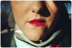 por Eleonora Aldea Me encanta pintarme la boca roja. Bien bien roja. Rojo furioso. A veces no me hago nada más, simplemente me pinto la boca roja y me siento lista para salir. Y me he dado cuenta de que es más que algo simplemente estético. Se ve bonito, sí, …