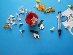 """Buszując w Internecie w poszukiwaniu ciekawych prac, natknęłam się na zdjęcie zwierzaka z popularnej gry Angry Birds. Z racji iż pomysł wydał mi się śmieszny i ciekawy, postanowiłam spróbować zrobić takiego ptaka. Oczywiście jak ja spędzam dzień, lub nawet popołudnie z origami, które nie raz przeciąga się na kilka dni, w moim pokoju jest totalny bałagan, ale uwielbiam tą moją """"stajnię Augiasza"""" spowodowaną origami. Wszędzie leżą porozrzucane kartki papieru, nacięte resztki, nożyczki itp…"""