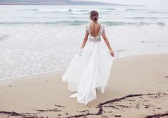 Vestido de noiva boho - casamento na praia ( Vestido: Anna Campbell à venda na Casamarela Noivas )