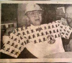 1993-Chico Anysio recebe nossa camisa assim como o nosso boné nos 10 anos da 63b53eb72c5af