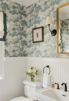 15 Popular Bathroom Wallpaper Ideas - There is a wide range of wallpaper borders to choose from many of which are designed with just the bathroom in mind. Decor, Erin Gates Design, Bathroom Styling, Diy Bathroom Decor, Bathroom Inspiration, Amazing Bathrooms, Bathrooms Remodel, Bathroom Wallpaper, Home Decor