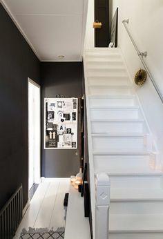 zwarte muur in de hal Black Hallway, Entry Hallway, Black Walls, Interior Inspiration, Room Inspiration, Boho Deco, Interior Stairs, House Stairs, House Entrance