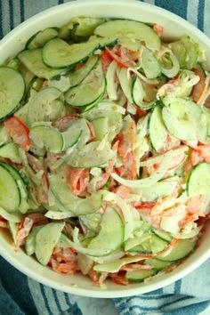 Creamy cucumber tomato salad recipe in 2019 southern recipes Creamy Cucumber Tomato Salad, Tomato Salad Recipes, Creamy Cucumbers, Cucumber Recipes, Vegetable Recipes, Edamame, Healthy Cooking, Cooking Recipes, Cooking Tips