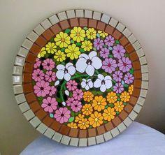 Tampo de mesa em placa cimenticia para área interna e externa revestido em pastilha de cristal na lateral e azulejo no centro com 60 cm de diâmetro e 4 encosto de cadeira com diâmetro de 20 cm.  Confeccionamos sob encomenda com desenho, cores e tamanho personalizados. Solicite orçamento. Mosaic Tray, Mosaic Glass, Mosaic Tiles, Mosaics, Marble Mosaic, Mosaic Flower Pots, Mosaic Garden, Mosaic Crafts, Mosaic Projects
