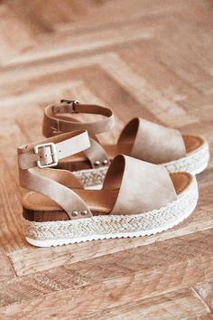 Pretty Sandals, Cute Sandals, Pretty Shoes, Dream Shoes, New Shoes, Women's Shoes, Sneakers Fashion, Fashion Shoes, Aesthetic Shoes