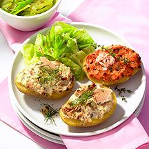 Gratinierte Kartoffelhälften mit Salat