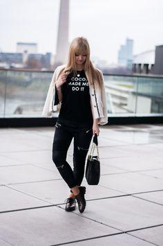 Statement T-Shirts mit Modezitaten und Designer Logos sind wieder IN! So kombinierst du das coole Blogger IT-Piece in einem coolen und edlen StreetstyleLook