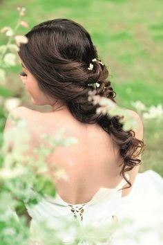 Điểm hấp dẫn nhất là từng vân tóc hiện lên thật đẹp. Thêm vài cánh hoa. Kiểu tóc này phù hợp với cô gái có gương mặt thanh