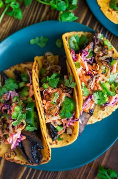 Let's taco our Tuesday with these vegetarian Roasted Portobello Mushroom Tacos topped with a creamy cilantro lime carrot slaw & crispy shallots. Vegetarian Roast, Vegetarian Cabbage, Vegetarian Recipes, Vegetarian Barbecue, Barbecue Recipes, Vegetarian Cooking, Mushroom Tacos, Carrot Slaw, Vegetarian Meals