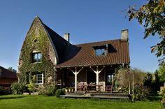 Bryła budynku nawiązuje swym kształtem do tradycji architektury normandzkiej. Wyższa część domu, z bardzo spiczastym dachem (pokrytym dachówką w kolorze brązowym), łączy się z niższą, bardziej klasyczną