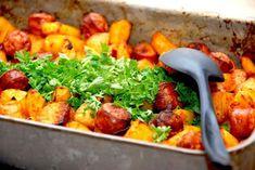 Pølsemix i ovn med pølser, kartofler og løg - Madens Verden