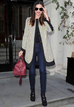 Nos rendimos al look de Miranda Kerr con jeans con abrigo estampado de Marni Resort 2012, gafas RayBan aviador y un bowling bag granate. Más celebrities con estilo en http://www.elle.es/star-style/el-estilo-de/estilo-looks-famosas3