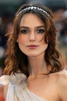 From crops to curls - with several colour changes along the way - see Keira Knightley& hair history here Sleek Hairstyles, Indian Hairstyles, Girl Hairstyles, Keira Knightley Hair, Keira Christina Knightley, Waterfall Curls, Tousled Bob, Brown Curls, Full Hair