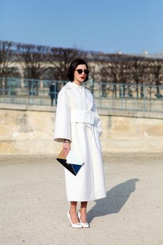 Streetstyle - Get the look: Structured white coat, white collarless shirt, tortoiseshell sunglasses, Celine envelope clutch (alternative here) and white pumps Outfits In Weiss, Lawyer Fashion, Woman Fashion, Conceptual Fashion, Women Lawyer, Cool Coats, Vogue, Retro Stil, Outfits