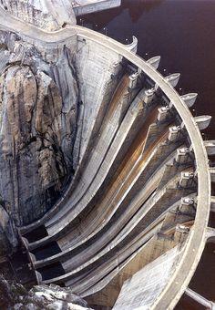 Centrales de energía hidroeléctrica. Aldeadávila (Salamanca) Japan Architecture, Concrete Architecture, Beautiful Architecture, Water Dam, Hydroelectric Power, Beautiful Moon, Environmental Art, Civil Engineering, Brutalist