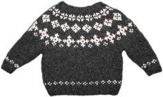 Sådan en trøje hed ligesom en hest - en islænder - da jeg var barn. Islændingene kalder den en lopapeysa. Uanset navn er den varm og praktisk til leg og... Fair Isle Knitting Patterns, Sweater Knitting Patterns, Knit Patterns, Kids Christmas Outfits, Kids Outfits, Baby Barn, Knit Baby Sweaters, Sweater Design, Knitting For Kids