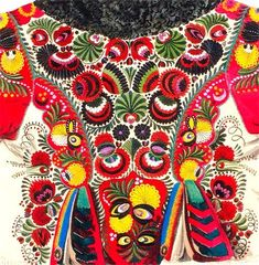 So many similarities between Eastern European and Native Latin American clothing craftwomanship;  sometimes I cannot tell the difference...   Hungarian traditional clothes