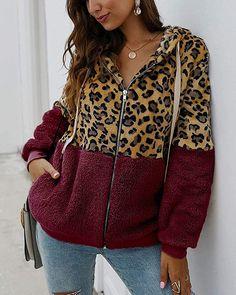 Damen Felljacke mit Animal Print Muster. Der warme, übergroße Colorblockmantel mit Leopardenmuster passt perfekt zu modischen Jeans und Stiefeln im Herbst und Winter zu jeder Gelegenheit. Damen Kapuzenjacke Warm, Mantel, Teddy-Fleece, Plüschjacke, Leopardenmuster, Casual Zip Hoodie, Cardigan Outwear, Teddyfell Jacke #affiliate Bomber Jacket, Hooded Jacket, Red Leopard, Hooded Sweatshirts, Hoods, Winter Outfits, Zip Ups, Long Sleeve Shirts, Street Wear