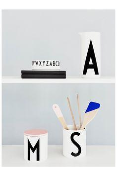 Typografie-Trend Alarm! Seid ihr auch schon den süßen Buchstaben verfallen? Ein Becher mit Euren Initialien oder mehrere Tassen, die das Wort FUN oder LOVE ergeben sind der neueste Trend für Euer Zuhause. // Letter Art Typografie Becher Tasse Teller Küche Geschenk Idee
