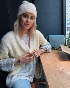 mobile office days ☕️🐝🙌🏻anzeige Negin Mirsalehi, Mobile Office, Minimalist Fashion, Minimalist Style, Poses, I Love Fashion, Jeans Style, What To Wear, Winter Hats