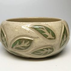 Trying out a new carving idea. As a once in a while quilter, I had to give one of my favorite free motion patterns a whirl in clay. Glazes For Pottery, Pottery Bowls, Ceramic Pottery, Clay Art Projects, Ceramics Projects, Clay Bowl, Bubble Art, Felt Brooch, Sgraffito