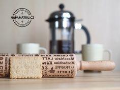 Váleček na těsto s dekorem coffee textů a ikonek