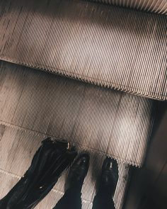 8:15. Schody ruchome na stacji metra Centrum toczą pasażerów na powierzchnię. Dzień roboczy kroczymy ku pracy.  #praca #piątek #amożeinawet #piąteczek #metro #warszawa #stairs #vzcowarsaw #vzcopoland #schody  #vsco #vscocam #commute #commuter #commuting  #pracujemy #dopracy #polishboy & #polishgirl