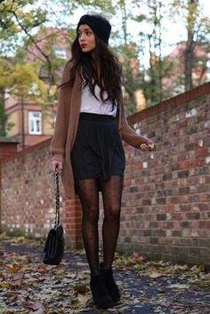 Braune Strick Strickjacke, Weißes T-Shirt mit V-Ausschnitt, Schwarzer Falten Minirock, Schwarze Wildleder Stiefeletten für Damen
