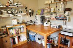 """{Here is the first picture from The Cakerator's """"The Cake Cave Tour"""". It is … {Hier ist das erste Bild von The Cakerators """"The Cake Cave Tour"""". Es ist erstaunlich, wie viel sie in diesem kleinen Raum aufbewahren kann} Bakery Kitchen, Home Bakery, Studio Kitchen, Cake Decorating, Interior Decorating, Interior Design, Design Room, Decorating Tips, Cake Business"""