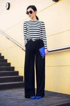 Gary Pepper Girl has a black and white outfit we'd love for the office: a classic black and white striped top tucked into wide-leg black pants (the blue clutch brightens it up a bit) Mode Safari, Street Mode, Street Wear, Outfit Elegantes, Gary Pepper Girl, Cooler Look, Looks Street Style, Summer Work Outfits, Summer Outfit
