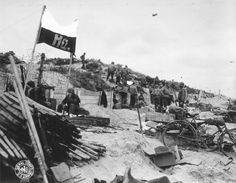 Busy scene at Utah Beach D Day Normandy, Normandy Beach, History Taking, Us History, Utah, D Day 1944, D Day Landings, Total War, Juni