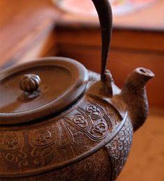 CEREMONIA DEL TÉ  Se trata de un ritual influenciado por  el budismo para el que hay que estar familiarizado con la cultura japonesa,  ya que se requieren conocimientos  sobre el té, el kimono, el suiseki y  demás prácticas.